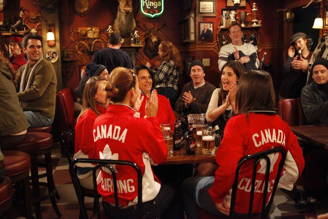 Genießt ihren Aufenthalt in ihrer kanadischen Stammkneipe: Robin (Cobie Smulders, am Tisch 2.v.r.) ... - Bildquelle: 20th Century Fox International Television