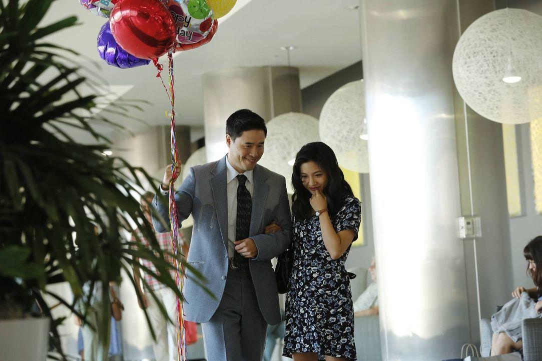 Ahnen noch nicht, dass Eddie seinen Geburtstag mit Freunden verbringen möchte: Louis (Randall Park, l.) und Jessica (Constance Wu, r.) ... - Bildquelle: 2015-2016 American Broadcasting Companies. All rights reserved.