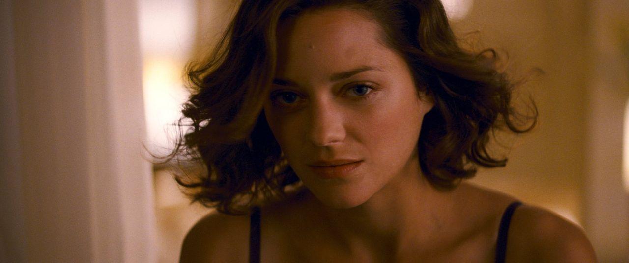 Mal (Marion Cotillard) hat riesigen Einfluss auf den emotional labilen Extraktor Cobb - nicht nur in seinen Träumen, sondern auch in der wahren Welt... - Bildquelle: 2010 Warner Bros.