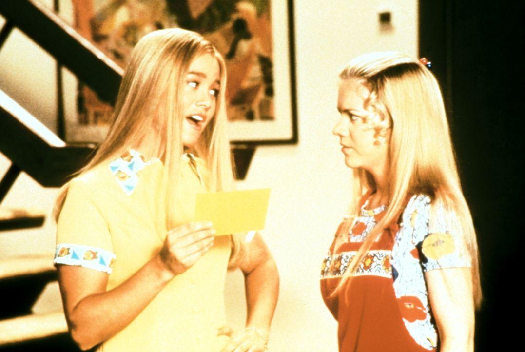 Marcia (Christine Taylor, l.) hat eine Karte für das große Grateful Dead-Konzert ergattert, was natürlich den Neid ihrer Schwester Jan (Jennifer Eli... - Bildquelle: Paramount Pictures