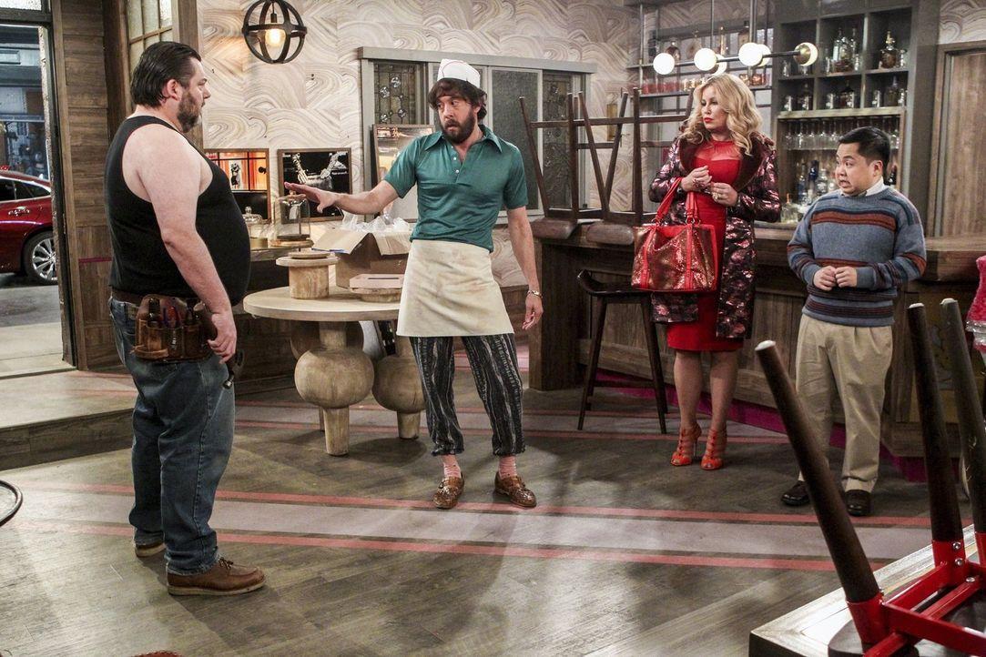 Als der Bauleiter Greg (Rob Locke, l.) in der Dessert Bar nicht so arbeitet, wie es sich Oleg (Jonathan Kite, 2.v.l.), Sophie (Jennifer Coolidge, 2.... - Bildquelle: Warner Bros. Television