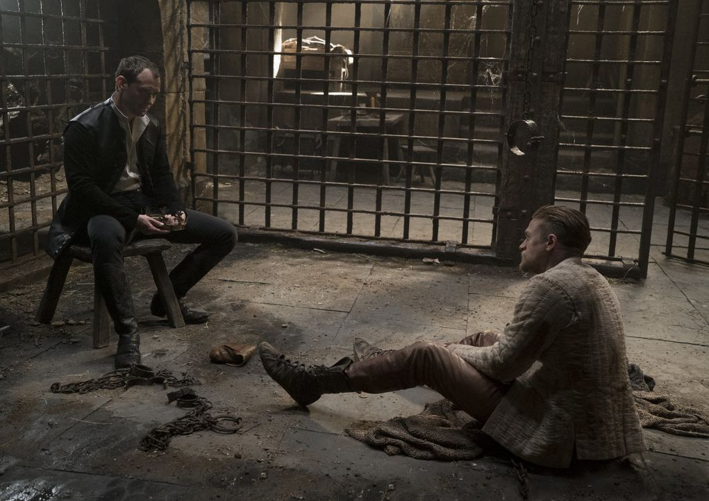 Vortigern (Jude Law, l.); Arthur (Charlie Hunnam, r.) - Bildquelle: Warner Bros.