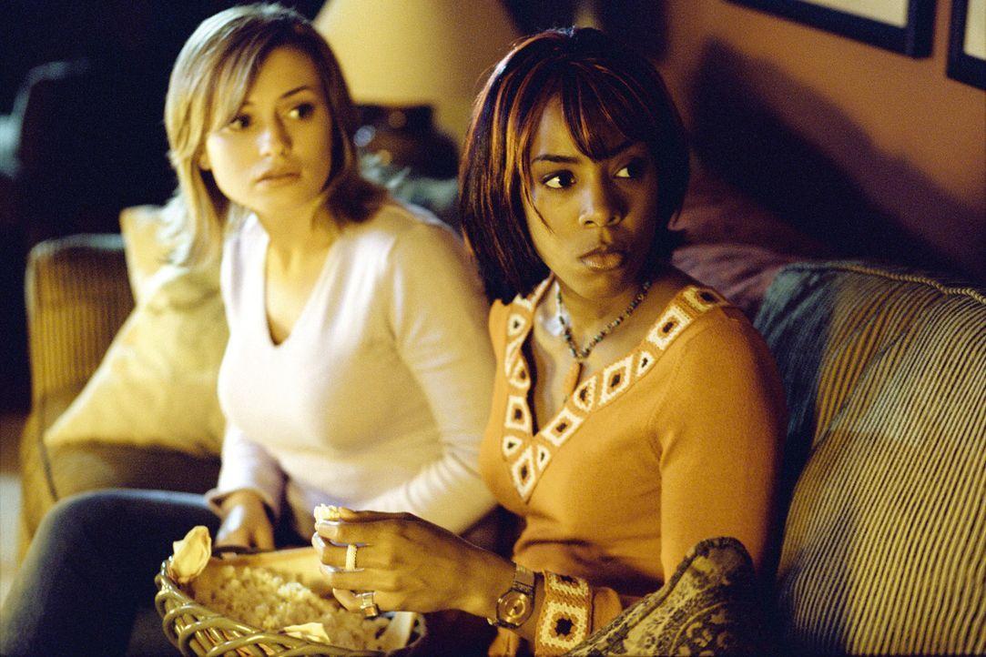 Ahnen noch nicht, dass gleich ein mörderischer Alptraum Wirklichkeit wird: Lori (Monica Keena, l.) und Kia (Kelly Rowland, r.) ... - Bildquelle: Warner Bros. Pictures