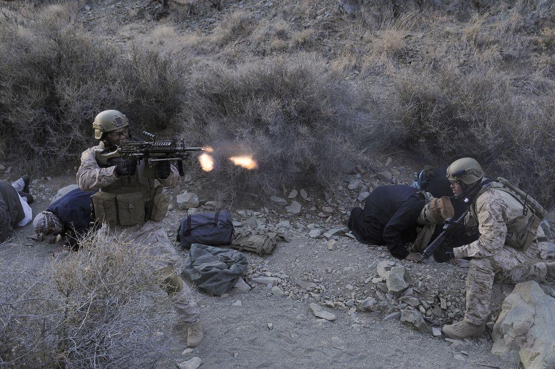 Auf dem Weg zu ihrem Einsatzort tappen Mule (Xzibit, l.) und Cherry (Anson Mount, r.) in eine Falle ... - Bildquelle: 2012, Falcom Media