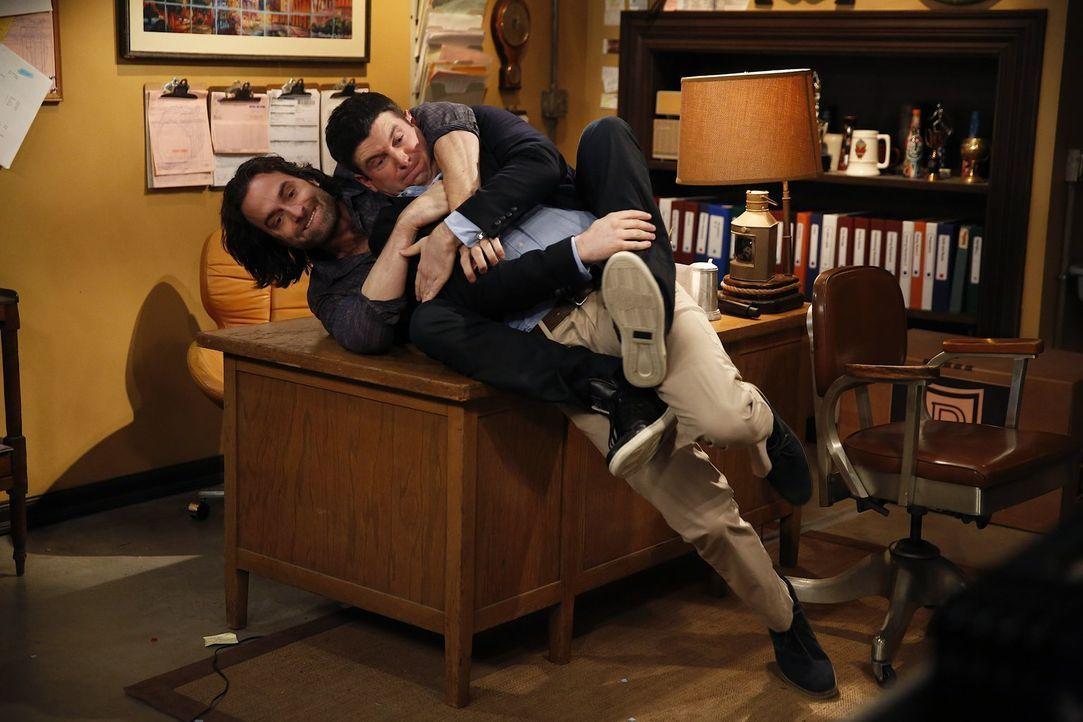 Die absurde Idee, eine romantische Komödie nachzuspielen, geht einfach nicht aus Justins (Brent Morin, r.) Kopf. Danny (Chris D'Elia, l.) muss körpe... - Bildquelle: Warner Brothers