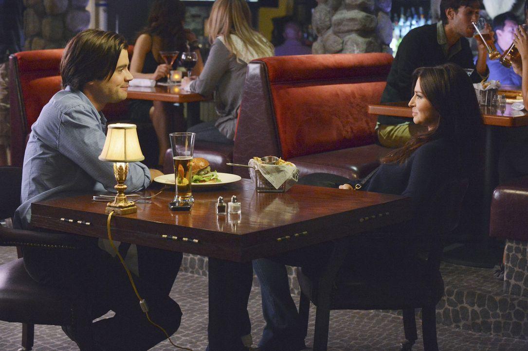 Während Jake, den neuen Freund seiner Tochter kennenlernt, hat es James (Matt Long, l.) weiter auf Amelia (Caterina Scorsone, r.) abgesehen ... - Bildquelle: ABC Studios