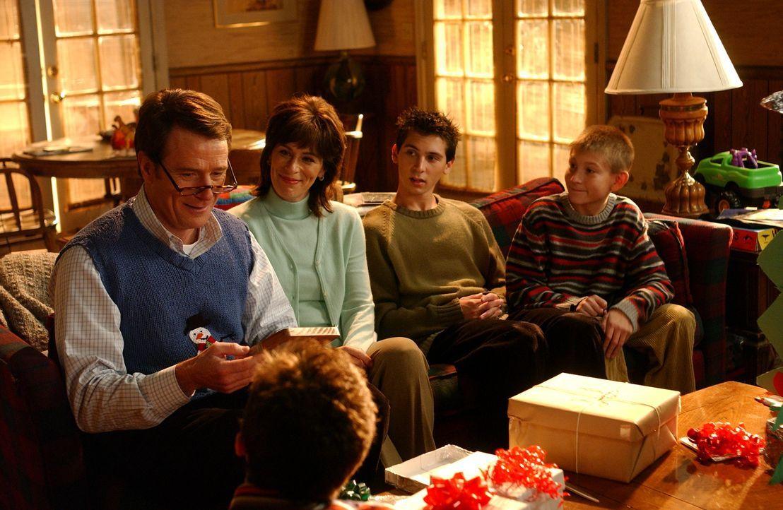 Hal (Bryan Cranston, l.) bekommt es mit der Angst zu tun, als er die tollen Weihnachtsgeschenke von Lois (Jane Kaczmarek, 2.v.l.), Reese (Justin Ber... - Bildquelle: TM &   2005 - 2006 Twentieth Century Fox Film Corporation and Regency Entertainment (USA), Inc.