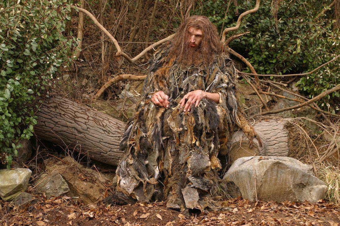 Der Riese Karl (Matthew McGrory) führt ein einsames Leben im Wald. Doch dann befreundet sich Edward mit ihm und gemeinsam begeben sie sich auf eine... - Bildquelle: 2004 Sony Pictures Television International. All Rights reserved.