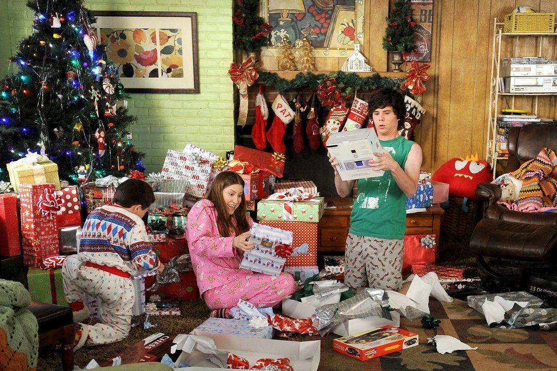 Eigentlich wollten Frankie und Mike ihren Kindern Brick (Atticus Shaffer, l.), Sue (Eden Sher, M.) und Axl (Charlie McDermott, r.) dieses Jahr verde... - Bildquelle: Warner Brothers