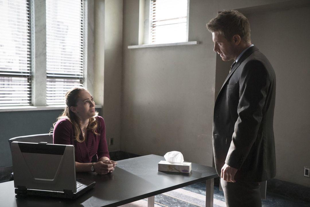 Hat Nina (Atlin Mitchell, l.) wirklich etwas mit dem Diebstahl in einer Bank zu tun? Eddie (Rick Cosnett, r.) glaubt, stichfeste Beweise zu haben ... - Bildquelle: Warner Brothers.