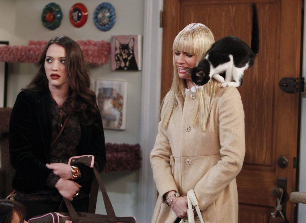 Als Max (Kat Dennings, l.) sich in eine streunende Katze verliebt, versucht Caroline (Beth Behrs, r.) alles, um ihr auszureden, die Katze zu behalte... - Bildquelle: Warner Brothers