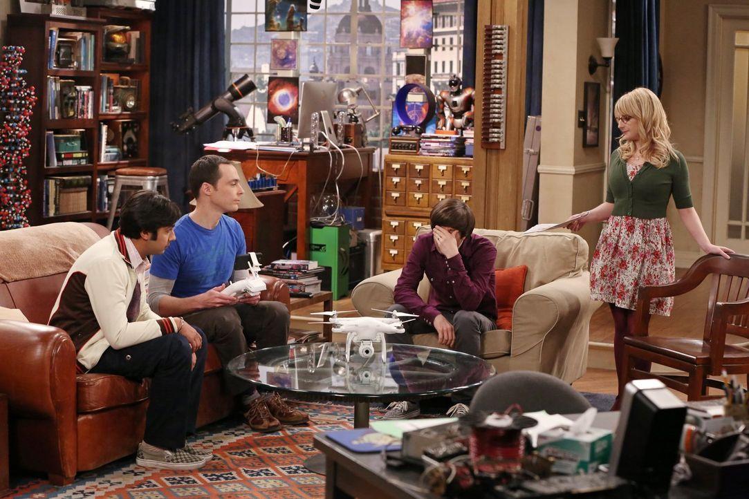Beraten, wie sie das Problem mit der kaputten Drohne lösen sollen: (v.l.n.r.) Raj (Kunal Nayyar), Sheldon (Jim Parsons), Howard (Simon Helberg) und... - Bildquelle: Warner Bros. Television