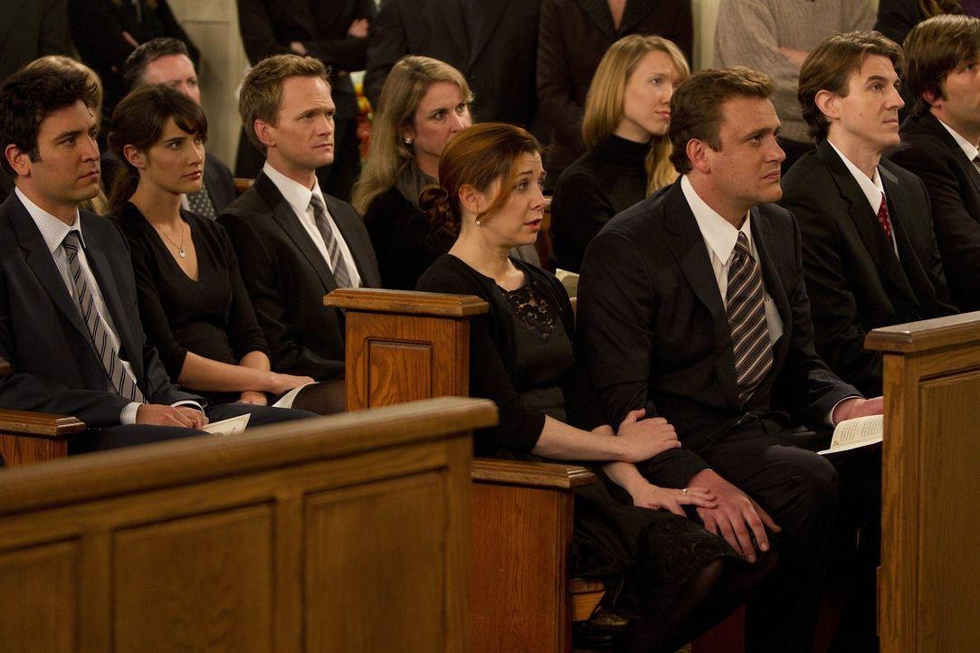 Die Freunde stehen Marshall bei der Beerdigung seines Vaters zur Seite: Ted (Josh Radnor, l.), Marshall (Jason Segel, 3.v.r.), Barney (Neil Patrick... - Bildquelle: 20th Century Fox International Television
