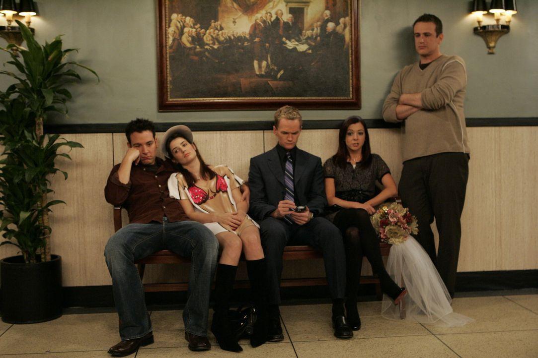 Verrückt: Marshall (Jason Segel, r.) und Lily (Alyson Hannigan, 2.v.r.) sind wieder zusammen und wollen heiraten. Um bei diesem Ereignis dabei zu s... - Bildquelle: 20th Century Fox International Television