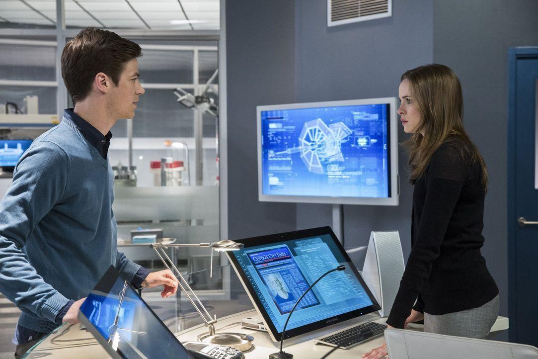 Barry (Grant Gustin, l.) arbeitet mit dem Team von S.T.A.R. Labs zusammen, um Kyle Nimbus aka The Mist zu fangen. Dieser ist ein gefährlicher Meta-M... - Bildquelle: Warner Brothers.