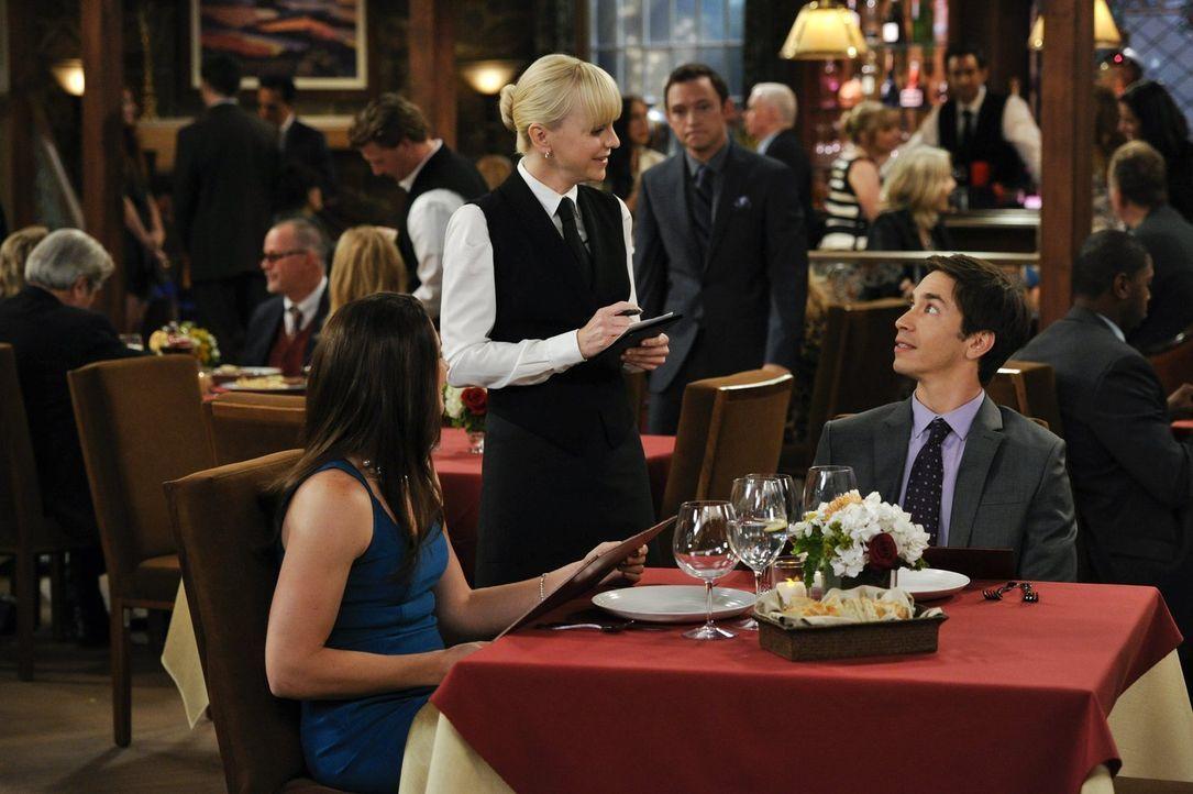 Christy (Anna Faris, M.) erfährt Interessantes über die Gäste, die sie im Schicki-Micki-Restaurant in Napa Valley bedient: Es handelt sich um Adam (... - Bildquelle: Warner Brothers Entertainment Inc.