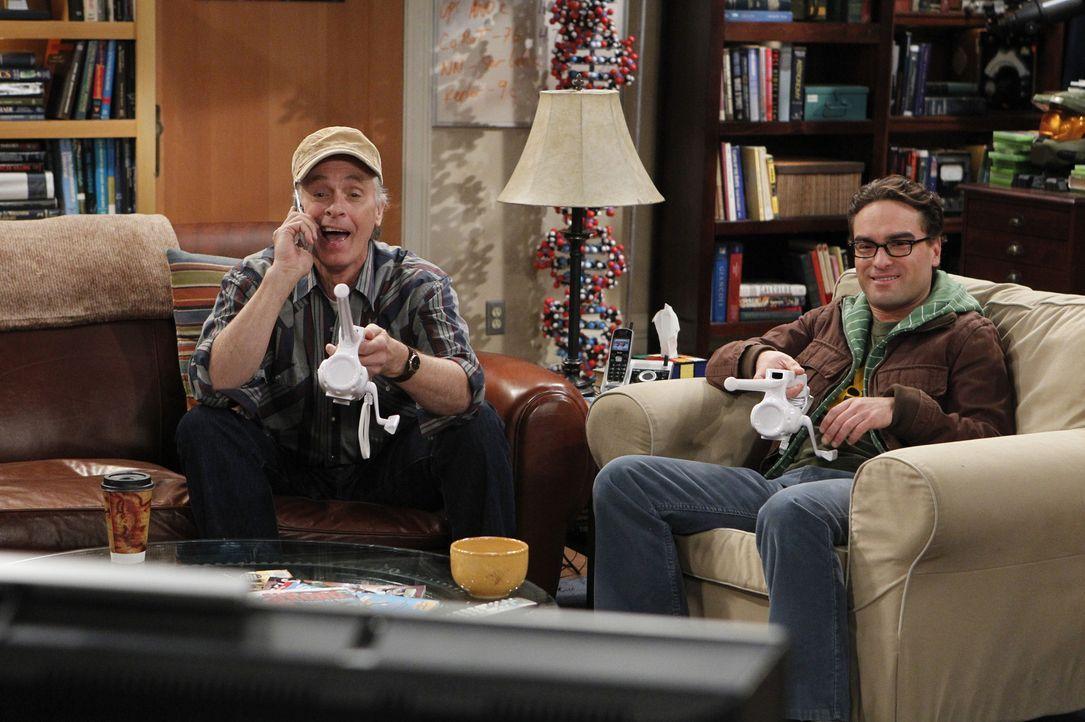 Verstehen sich prächtig: Leonard (Johnny Galecki, r.) und Pennys Vater Wyatt (Keith Carradine, l.) ... - Bildquelle: Warner Bros. Television