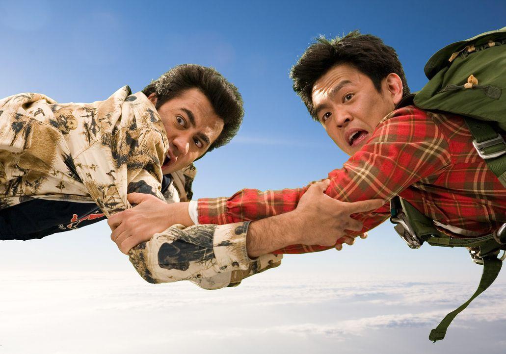 Von einer Katastrophe in die nächste: Harold (John Cho, r.) und Kumar (Kal Penn, l.) ... - Bildquelle: Warner Brothers