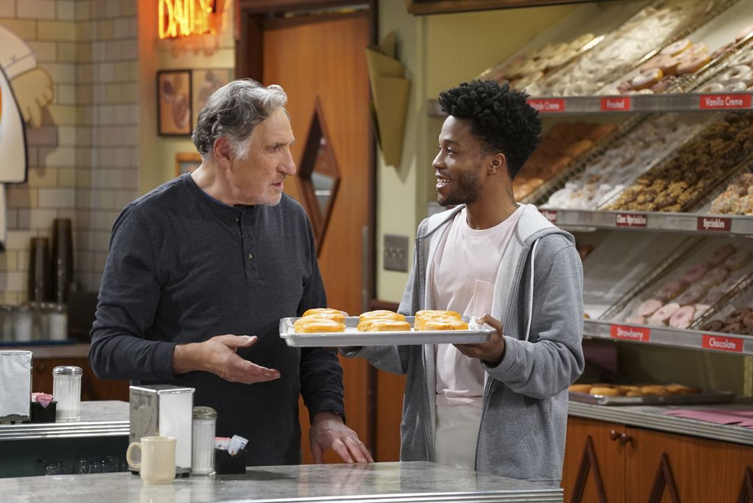 Arthur (Judd Hirsch, l.) wird sauer, als Franco (Jermaine Fowler, r.) ohne sein Einverständnis einfach eigene Donut-Kreationen anbietet und als dies... - Bildquelle: Monty Brinton 2016 CBS Broadcasting, Inc. All Rights Reserved.