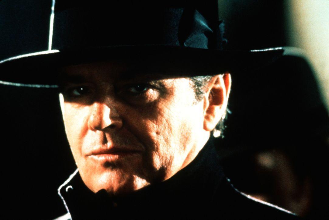 """Der Killer Napier (Jack Nicholson) gerät in eine Falle. Als """"Joker"""" macht er daraufhin die Stadt unsicher. - Bildquelle: Warner Bros."""