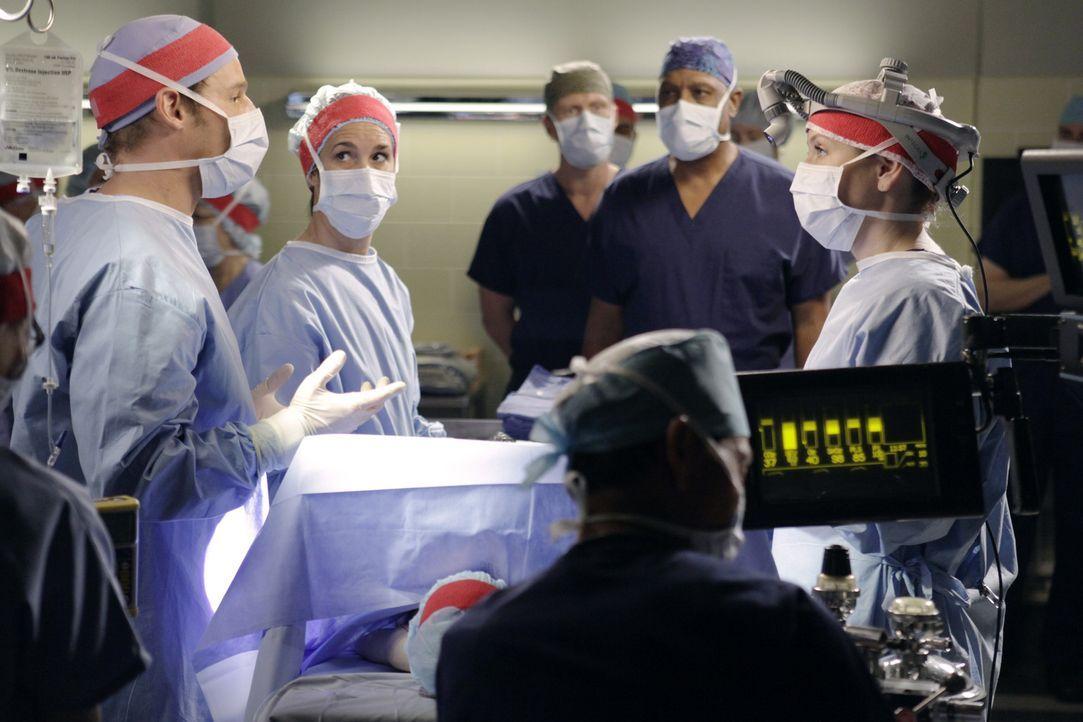 Bereiten sich auf die große Operation, der Trennung von Siamesischen Zwillingen vor: Alex (Justin Chambers, l.), Owen (Kevin McKidd, hinten), Webbe... - Bildquelle: ABC Studios