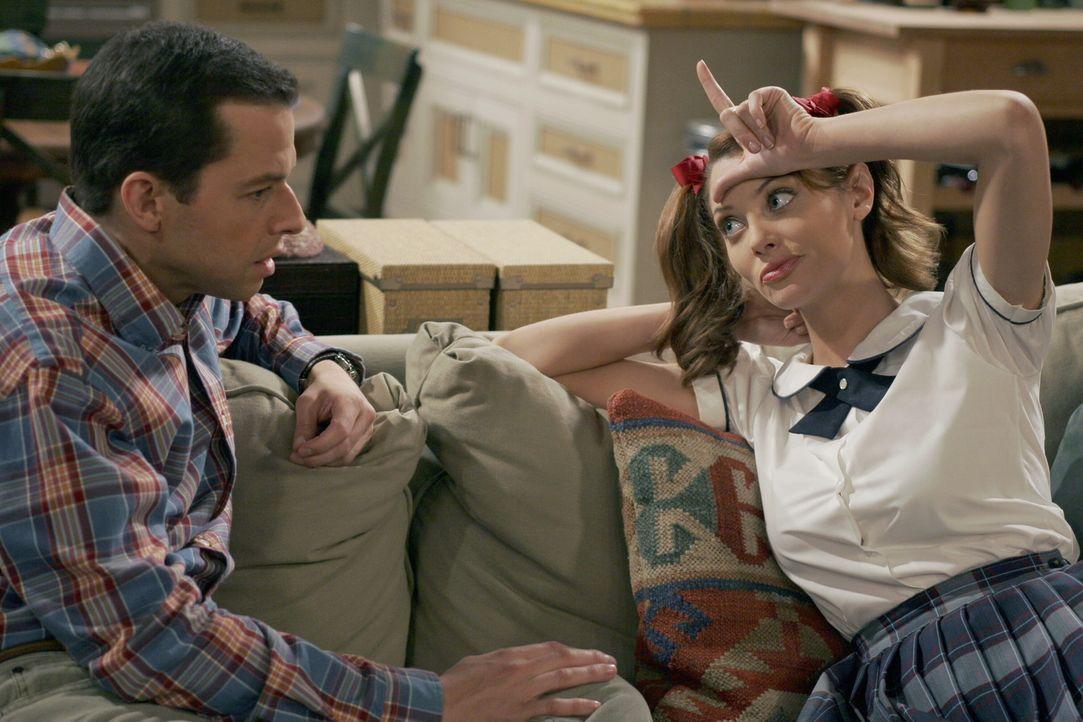 Gerade als Mia sich dazu entschlossen hat, die der Enthaltsamkeit zu beenden zu beenden, taucht Kandi auf. Charlie bittet deshalb Alan (Jon Cryer, l... - Bildquelle: Warner Brothers Entertainment Inc.