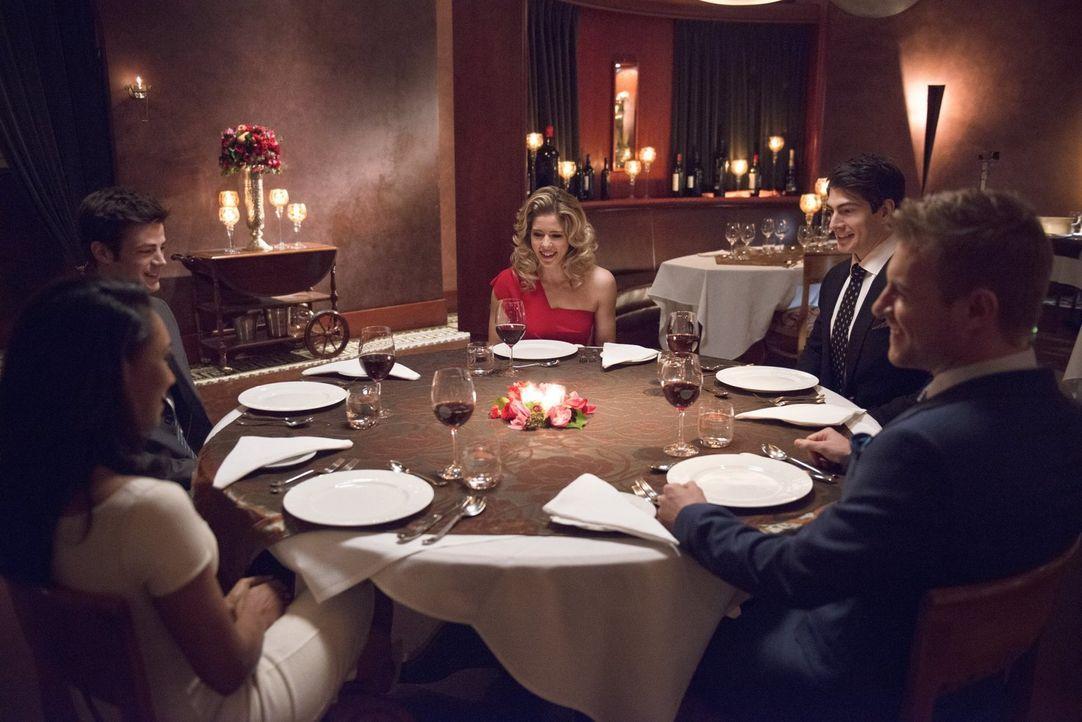 Das Essen mit Iris (Candice Patton, l.), Barry (Grant Gustin, 2.v.l.), Felicity (Emily Bett Rickards, M.), Ray (Brandon Routh, 2.v.r.) und Eddie (Ri... - Bildquelle: Warner Brothers.