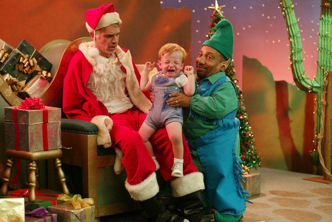 Eigentlich ist Willi T.Stokes  (Billy Bob Thornton, l.) nur Kaufhaus-Weihnachtsmann, um mit seinem kleinwüchsigen Freund Marcus (Tony, Cox, r.) am... - Bildquelle: 2006 Sony Pictures Television International.