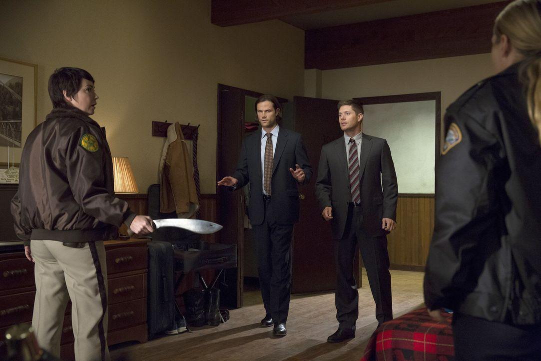 Jody (Kim Rhodes, l.) bittet Sam (Jared Padalecki, 2.v.l.) und Dean (Jensen Ackles, 2.v.r.) um Hilfe, als sie und ihre übereifrige Kollegin Donna (B... - Bildquelle: 2016 Warner Brothers
