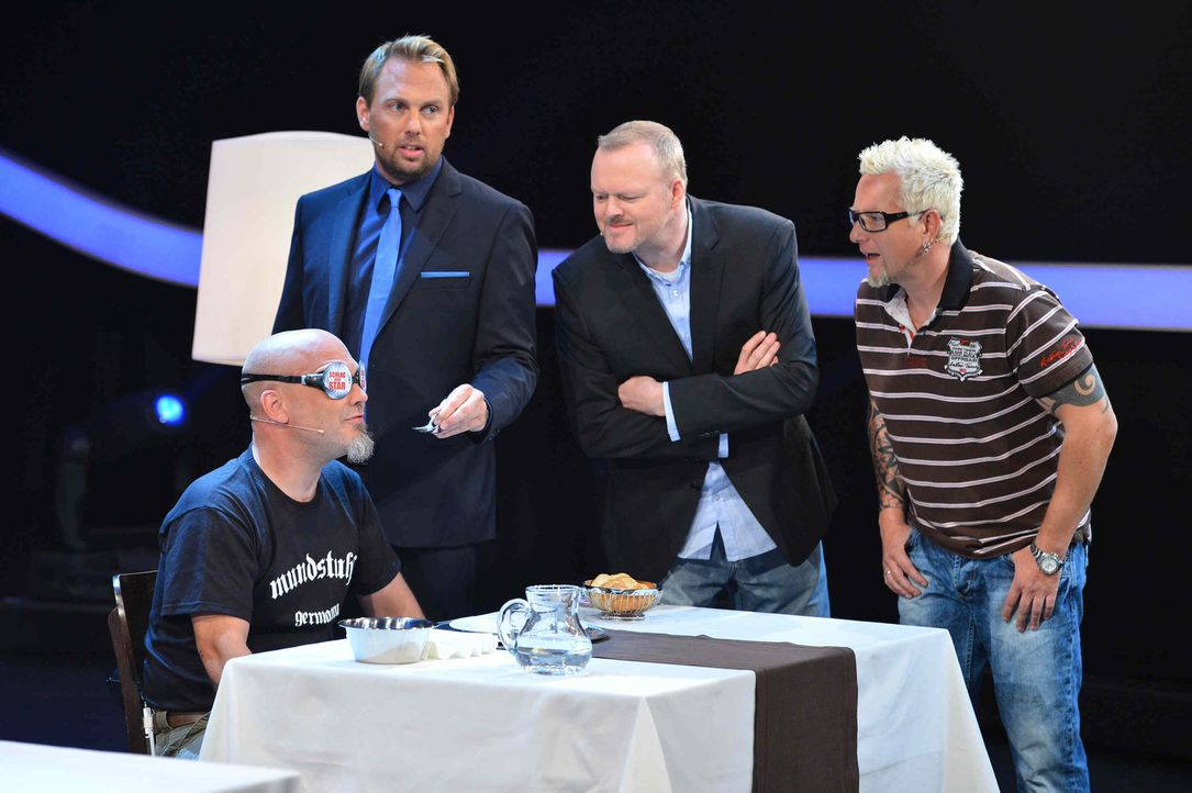 Stefan Raab (2.v.r.), Moderator Steven Gätjen (2.v.l.) und Lars (r.) schauen Ande (l.) genau auf die Finger ... - Bildquelle: Willi Weber ProSieben