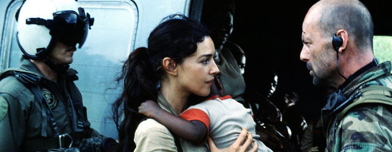 Weil Lena Kendricks (Monica Bellucci, M.) sich weigert, dass Dschungellazarett in Nigeria ohne ihre Schützlinge zu verlassen, gerät Lieutenant Wat... - Bildquelle: 2004 Sony Pictures Television International. All Rights Reserved.