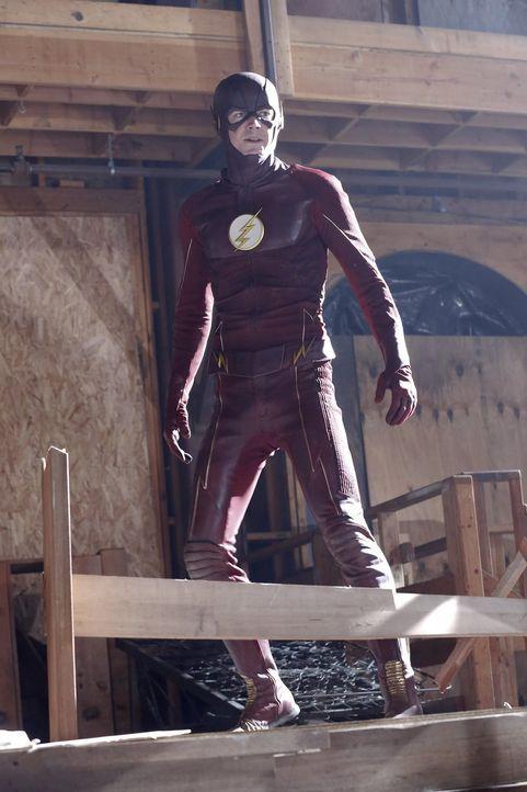 Ein neuer Superheld ist in der Stadt: Barry Allen (Grant Gustin) alias the Flash kann sich übernatürlich schnell fortbewegen. Supergirl verbündet si... - Bildquelle: 2015 Warner Bros. Entertainment, Inc.