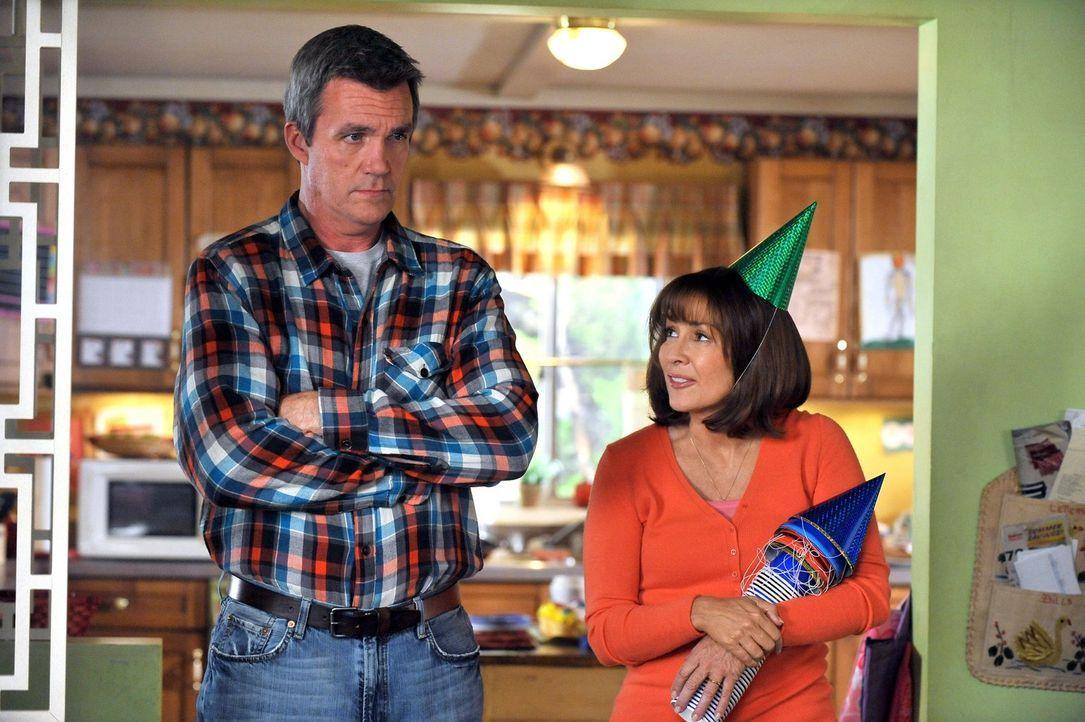 Frankie (Patricia Heaton, r.) und Mike (Neil Flynn, l.) bewahren ein Familiengeheimnis - und zwar die wahre und peinliche Geschichte von Bricks Gebu... - Bildquelle: Warner Brothers