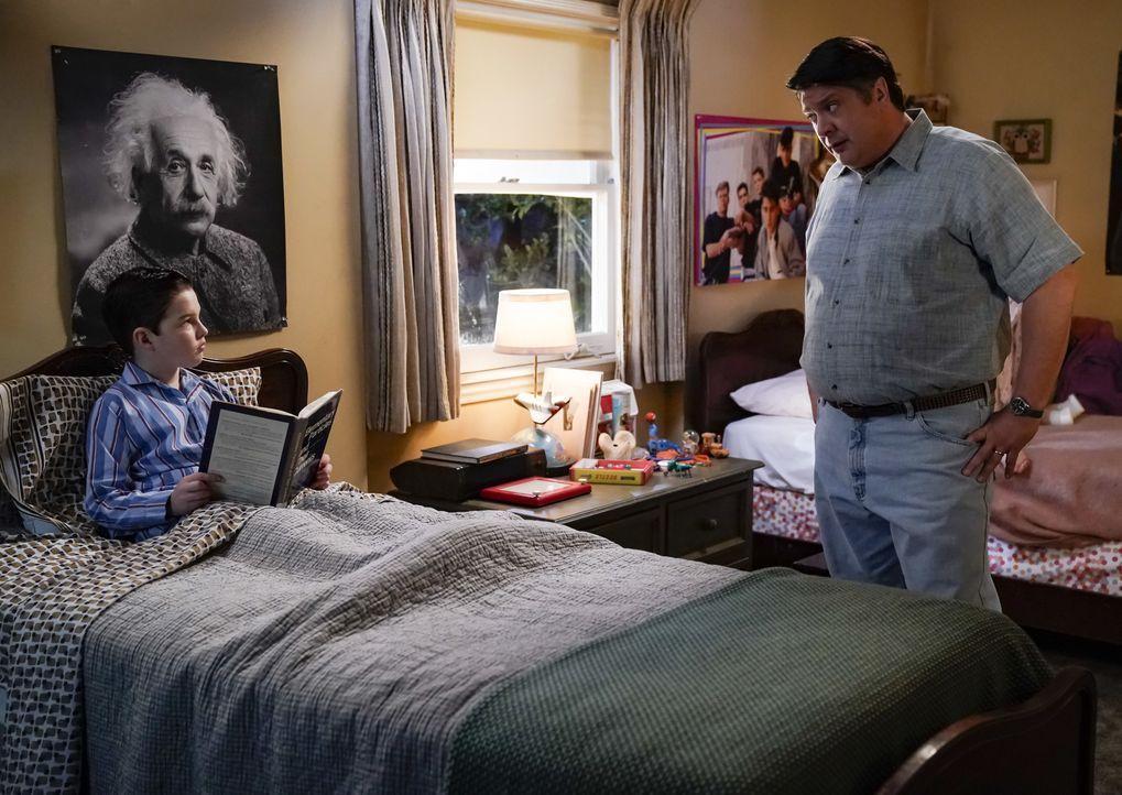 Sheldon Cooper (Iain Armitage, l.); George Cooper sen. (Lance Barber, r.) - Bildquelle: Cliff Lipson 2018 CBS Broadcasting, Inc. All Rights Reserved / Cliff Lipson