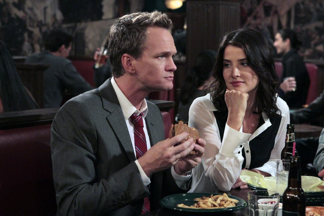 Robin (Cobie Smulders, r.) versucht, die Hummertherapie bei Barney (Neil Patrick Harris, l.) anzuwenden, während Ted als Babysitter aushilft ... - Bildquelle: 2012-2013 Twentieth Century Fox Film Corporation. All rights reserved.