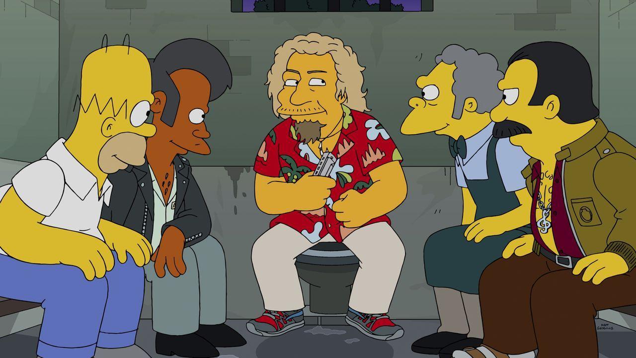 Bei einem Auftritt Apus (2.v.l.) und der Band Sunrazer geht etwas gehörig schief, was Homer (l.) und Moe (2.v.r.) in Schwierigkeiten bringt ... - Bildquelle: 2014 Twentieth Century Fox Film Corporation. All rights reserved.
