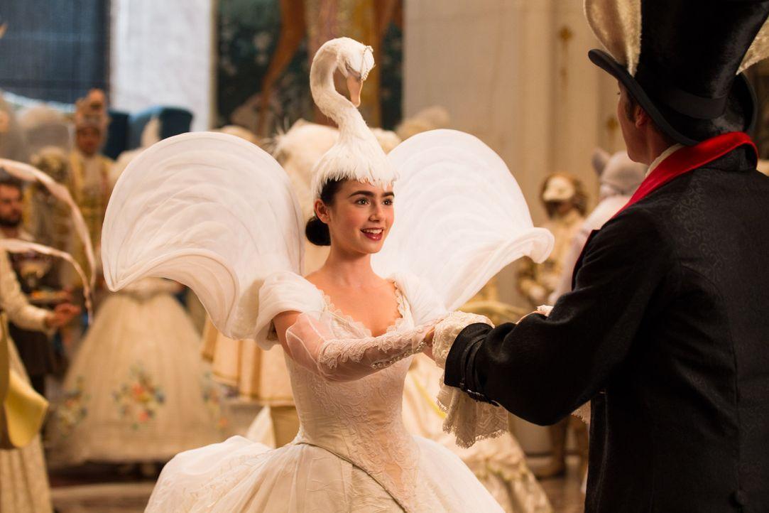 Schneewitchen (Lily Collins, l.) hat ihren Traumprinzen gefunden: Prince Andrew Alcott (Armie Hammer, r.) ... - Bildquelle: Jan Thijs @studiocanal