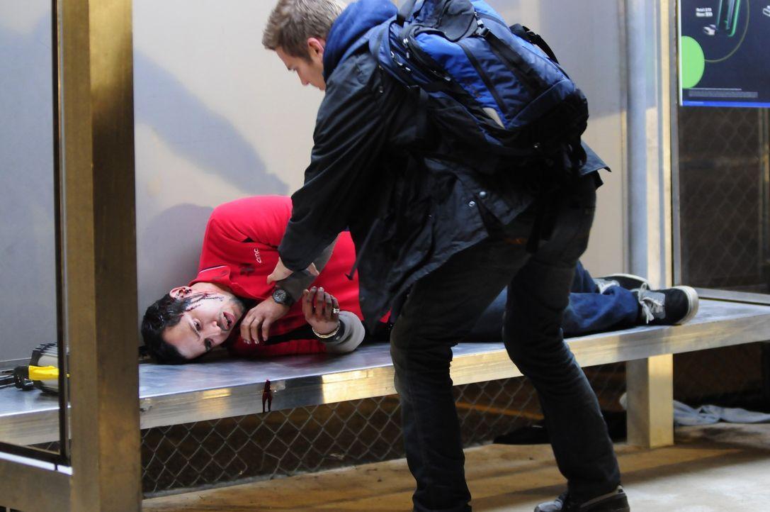 Nur knapp kann Paul (John Leguizamo, l.) den Schatten entkommen und wird von Luke (Hayden Christensen, r.) und den anderen Überlebenden gerettet, v... - Bildquelle: Koch Media GmbH