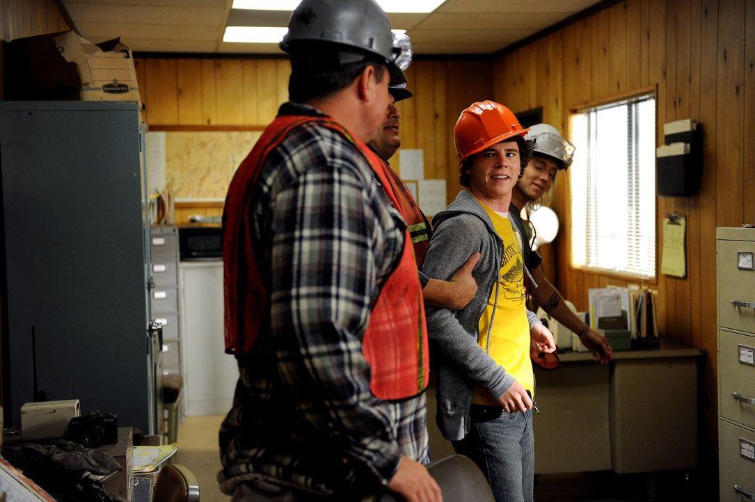 Erst hat es so ausgeschaut, als wenn sich Axl (Charlie McDermott, M.) im Steinbruch nicht wohlfühlen würde, doch dann lebt er sich recht schnell ein... - Bildquelle: Warner Brothers