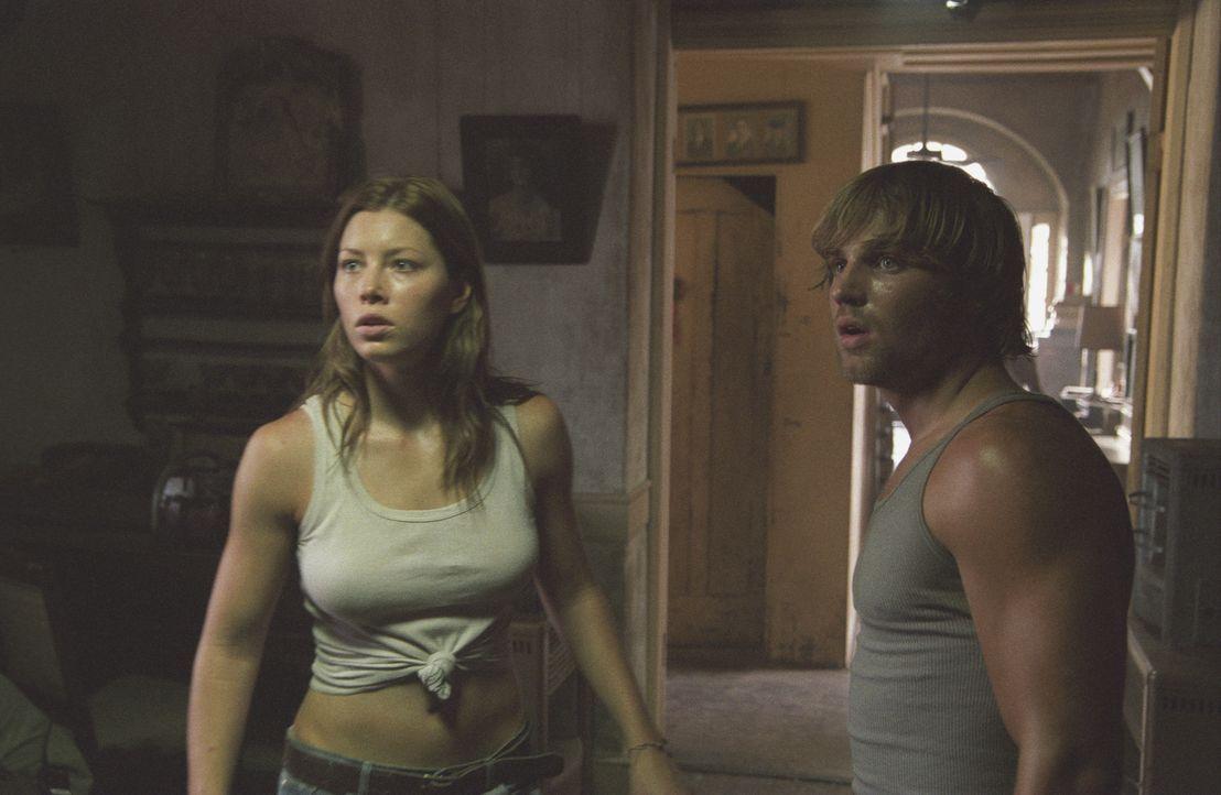 Und dann hören Andy (Mike Vogel, r.) und Erin (Jessica Biel, l.) zum ersten Mal das Geräusch einer Motorsäge... - Bildquelle: Constantin Film