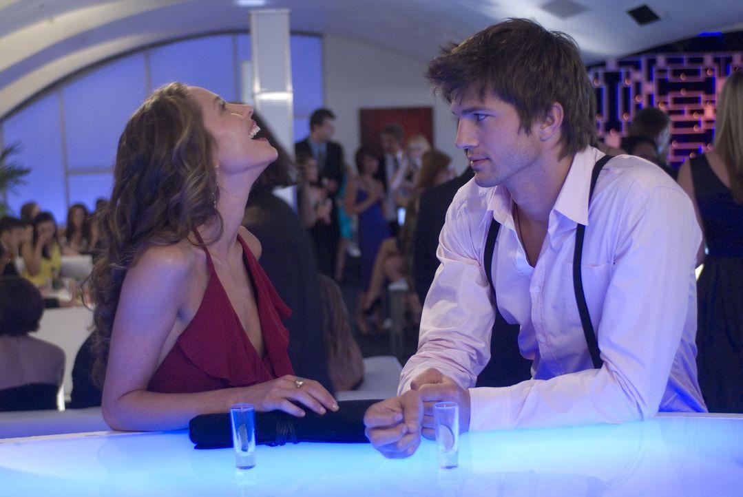 Spielen das gleiche Spiel: Nikki (Ashton Kutcher, r.) und Heather (Margarita Levieva, l.) ... - Bildquelle: 2008 by EASY A Inc. All Rights Reserved