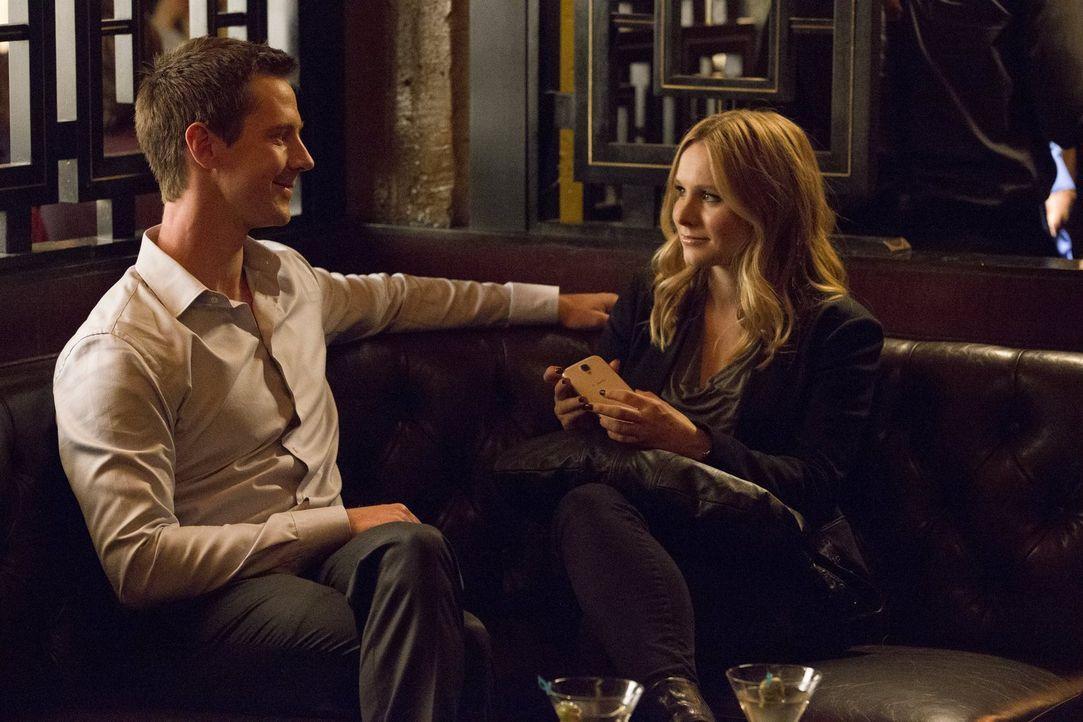 Veronicas (Kristen Bell, r.) Ex-Freund Logan (Jason Dohring, l.) benötigt ihre Hilfe und bittet sie, nach neun Jahren Abwesenheit zurück in ihre Hei... - Bildquelle: 2014 Warner Bros. Entertainment, Inc.
