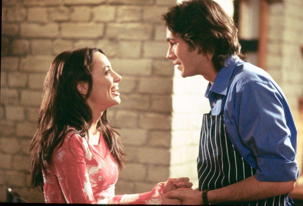 Als ihr Freund Barnaby (James D'Arcy, r.) ihr einen Heiratsantrag macht, ist Carmen (Natalia Verbeke, l.) überglücklich. Sie ahnt nicht, dass ihr Fr...