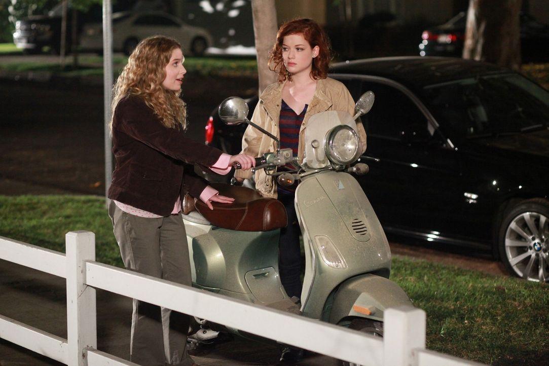 Während Dallas ihre ganz eigenen Probleme hat, als ausgerechnet ihre Erzfeindin Tulsa auf ihrer Party auftaucht, machen sich Tessa (Jane Levy, r.)... - Bildquelle: Warner Brothers