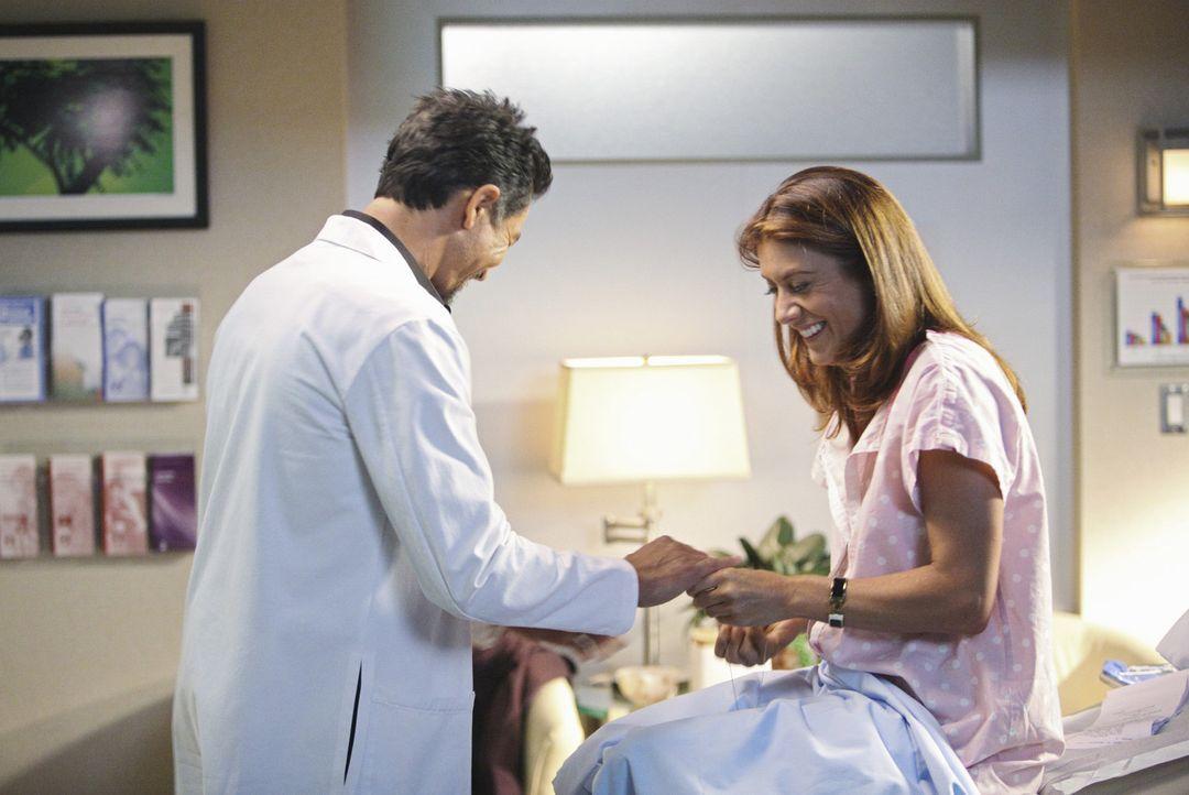 Addison (Kate Walsh, r.) kann nicht glauben, dass ihr Fruchtbarkeitsexperte Jake Reilly (Benjamin Bratt, l.) sich als ihre Supermarktbekanntschaft e... - Bildquelle: ABC Studios