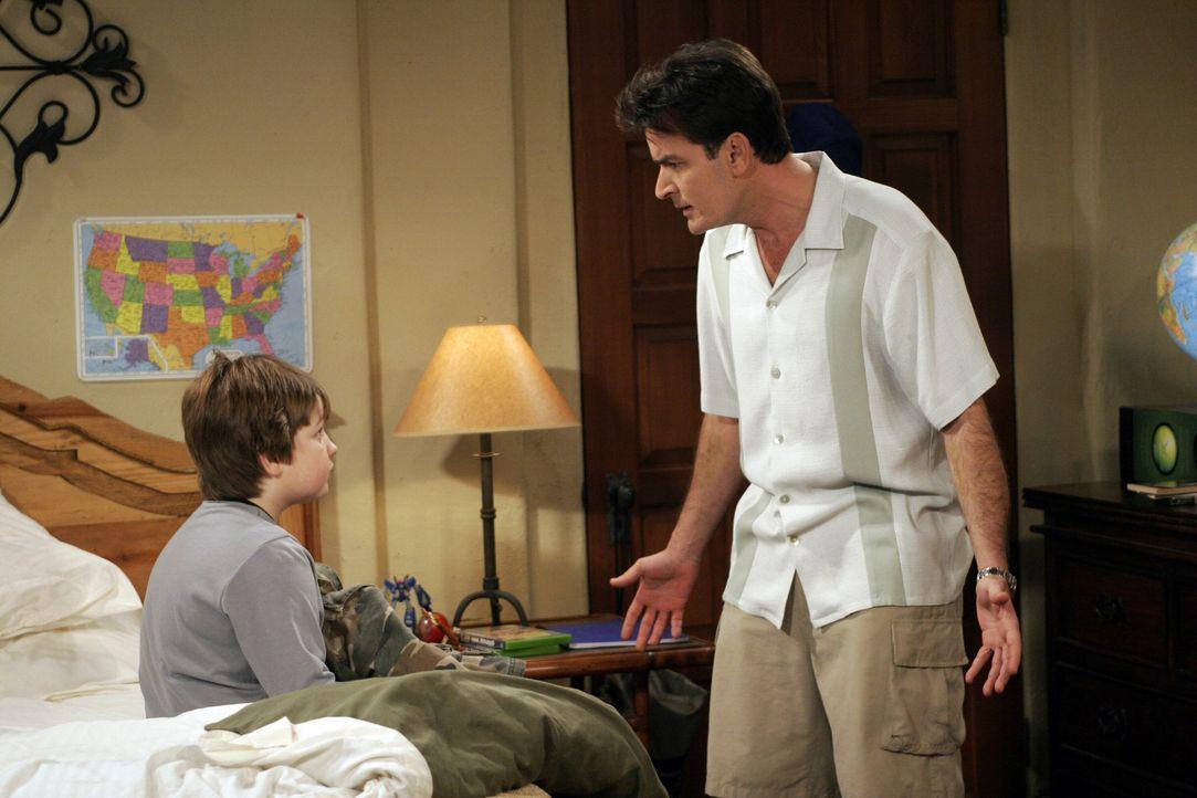 Als Alan einen Termin bei der Steuerbehörde wahrnehmen muss, übernimmt Onkel Charlie (Charlie Sheen, r.) das Erziehungsprogramm von Jake (Angus T.... - Bildquelle: Warner Bros. Television