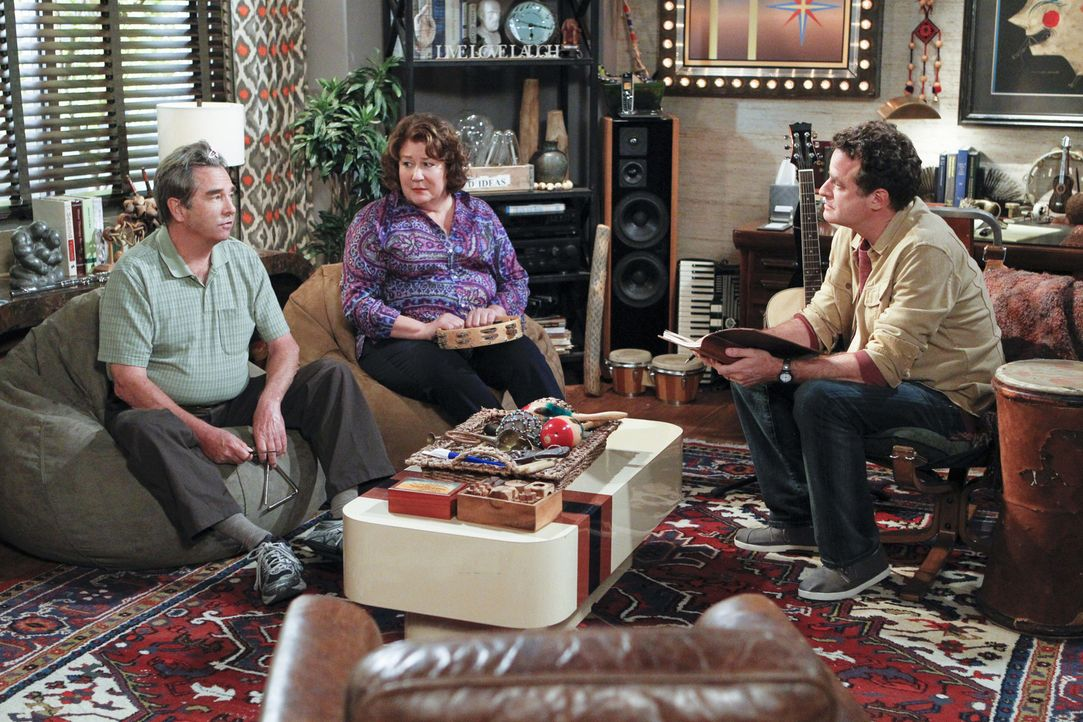 Nachdem Carol (Margo Martindale, M.) erfährt, dass ihr Sohn den Psychotherapeuten Dr. Johnson (Matt Besser, r.) besucht, beschließt sie heimlich e... - Bildquelle: 2013 CBS Broadcasting, Inc. All Rights Reserved.