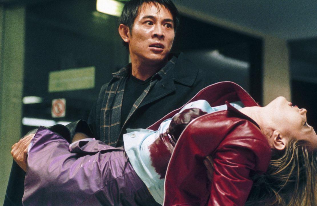 Immer wieder geraten Undercover-Cop Liu Jian (Jet Li, l.) und die Prostituierte Jessica (Bridget Fonda, r.) in heimtückische Hinterhalte und Fallen... - Bildquelle: Tobis StudioCanal