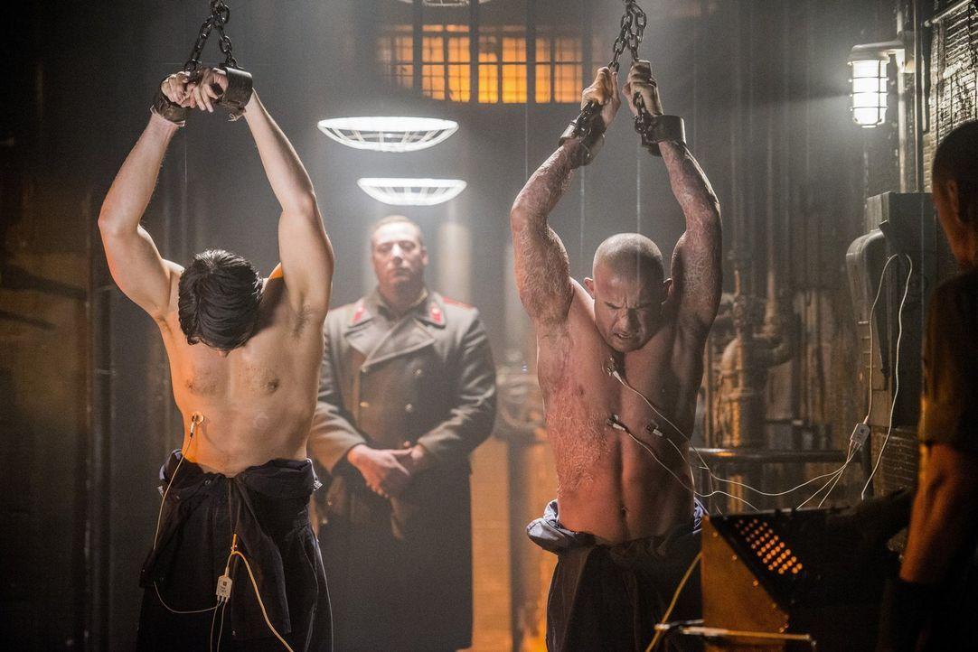 Ray (Brandon Routh, l.) und Mick (Dominic Purcell, r.) werden als Druckmittel eingesetzt, um Dr. Stein zum Reden zu bringen. Wird dieser Plan aufgeh... - Bildquelle: 2015 Warner Bros.