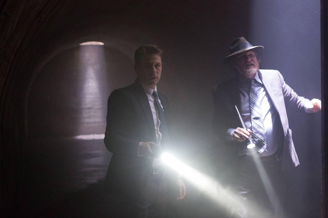 Während Bruce versucht, den Mörder seiner Eltern zu finden, kämpfen Gordon (Ben McKenzie, l.) und Bullock (Donal Logue, r.) in Gotham weiter gegen d... - Bildquelle: Warner Brothers
